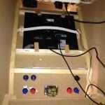 Der Monitor wird mit Holzklötzen in Position gehalten.
