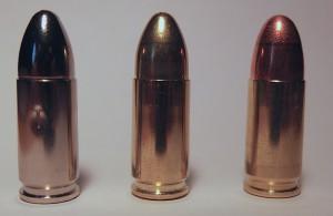 Für den Laien ist die Pufferpatrone (links) nicht von der militärischen (motte) oder zivilen (rechts) zu unterscheiden.